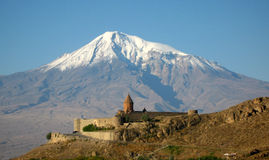 Altes orthodoxes Steinkloster in Armenien, Kloster KhorVirapÂ, gemacht vom roten Backstein und vom Ararat Lizenzfreie Stockfotos