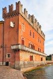 Altes palazzo mit swallowtail Zinne in Lazise an der Küste von See Garda Lizenzfreie Stockbilder