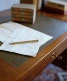 Altes Papier auf antiker hölzerner Tabelle Lizenzfreie Stockbilder