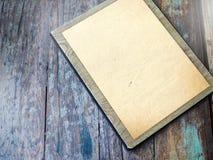 Altes Papier auf Braun gealtertem Holz lizenzfreie stockfotos