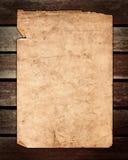 Altes Papier auf brauner hölzerner Beschaffenheit Lizenzfreie Stockfotografie