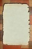 Altes Papier auf brauner hölzerner Beschaffenheit mit L Muster Lizenzfreie Stockfotografie