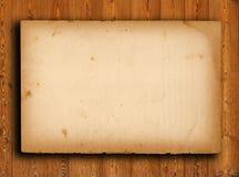 altes Papier auf brauner hölzerner Beschaffenheit mit natürlichem PA Stockbild