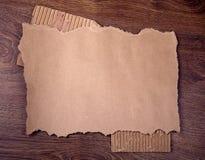 Altes Papier auf dem hölzernen Hintergrund Stockbilder