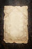 Altes Papier auf einem gealterten hölzernen Hintergrund Stockfoto