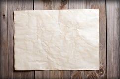 Altes Papier auf einer hölzernen Oberfläche Lizenzfreie Stockbilder