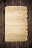Altes Papier auf hölzerner Beschaffenheit Lizenzfreie Stockbilder