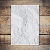 Altes Papier auf hölzerner Beschaffenheit und Hintergrund Stockbild