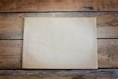 Altes Papier auf Holzfußboden Stockfotos