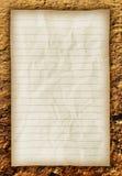 Altes Papier auf brauner Grundbeschaffenheit. Lizenzfreie Stockbilder