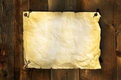Altes Papier befestigte auf Vorstandhintergrund Stockbild