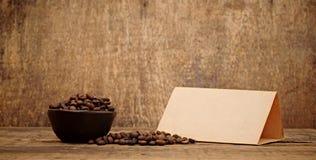 Altes Papier für Rezepte und Kaffeebohnen Stockfotografie