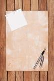 Altes Papier mit Federhintergrund Stockbilder