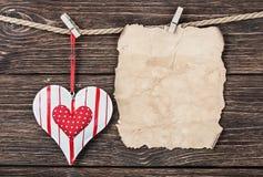 Altes Papier mit Herzen und Platz für Glückwünsche Lizenzfreie Stockfotos