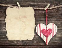 Altes Papier mit Herzen und Platz für Glückwünsche Valentinsgruß oder Stockbild