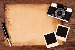 Altes Papier, Tintenstift und Weinlesefotorahmen mit Kamera Stockbilder