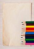 Altes Papier und farbige Bleistifte Lizenzfreies Stockfoto