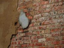 Altes Pflaster auf Backsteinmauer Lizenzfreies Stockfoto