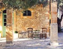 Altes Portal und Yard mit Olivenbaum Stockbilder