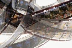Altes Positiv 16 Millimeter-Filmstreifen auf weißem Hintergrund Stockbild