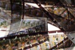 Altes Positiv 16 Millimeter-Filmstreifen auf weißem Hintergrund Stockfoto