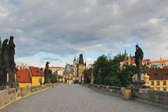 Altes Prag, Charles-Brücke am frühen Morgen lizenzfreies stockbild