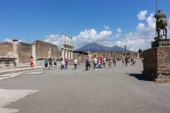 Altes Quadrat gegen Vulkan Vesuv mit Touristen in Pompeji, Italien Antikes Kulturkonzept Italienischer Markstein stockbild