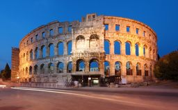 Altes römisches Amphitheater an der Dämmerung Lizenzfreie Stockfotos