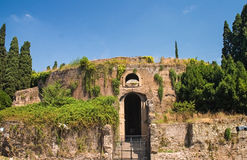 Altes römisches Grab Stockbilder