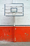 Altes Rückenbrett mit dem Korb, zum des Basketballs zu spielen lizenzfreie stockfotos