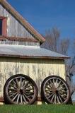 Altes Rad auf einem Stall Lizenzfreies Stockbild