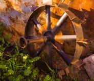 Altes Rad für einen Traktor lizenzfreies stockfoto