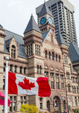 Altes Rathaus und kanadische Flagge Stockfotografie