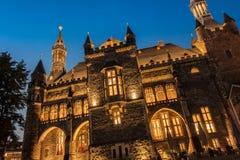 Altes Rathaus von Aachen, Deutschland mit Nachtblauem Himmel Stockfotografie