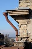 Altes Regenrohr auf verlassener errichtender Fassade, Odessa, Ukraine Stockfotografie
