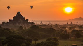 Altes Reich Bagan Of Myanmar And Balloons auf Sonnenaufgang stock video