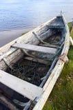 Altes Reihenboot auf der Flussbank Lizenzfreie Stockbilder