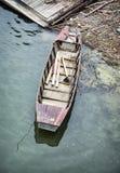 Altes Retro- Boot im Wasser Stockbild