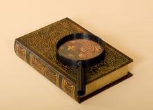 Altes Retro- Buch mit Vergrößerungsglas Stockfotografie