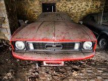 Altes Retro- rostiges Auto in der Dorfgarage Stockfoto