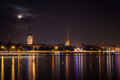 Altes Riga in der Nacht. Stockbilder