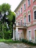 Altes rosafarbenes Haus Stockfotografie