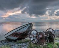 Altes rostiges Boot während des Sonnenuntergangs, Ijselmeer Holland Stockbild