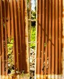 Altes rostiges des Zinkblechzauns ist Schmutzhintergrund Stockfotos