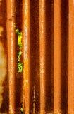 Altes rostiges des Zinkblechzauns ist Schmutzhintergrund Stockfoto