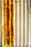 Altes rostiges des Zinkblechzauns ist Schmutzhintergrund Stockbilder