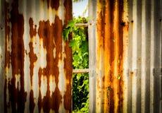 Altes rostiges des Zinkblechzauns ist Schmutzhintergrund Stockfotografie