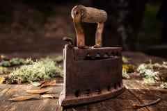 Altes rostiges Eisen auf einem rustikalen Holztisch bügeln lizenzfreies stockbild