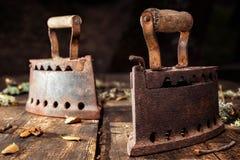Altes rostiges Eisen auf einem rustikalen Holztisch bügeln lizenzfreie stockbilder