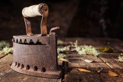 Altes rostiges Eisen auf einem rustikalen Holztisch bügeln lizenzfreie stockfotos
